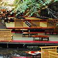 流れる水が涼味を誘う!京都・貴船の川床料理と和菓子作り体験で京都の伝統文化を楽しむ旅